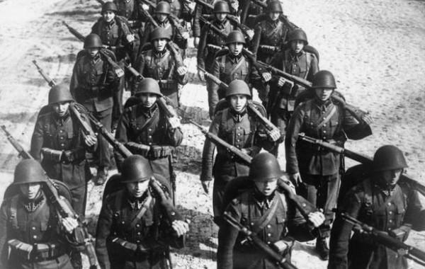 Poolse soldaten marcheren naar het front
