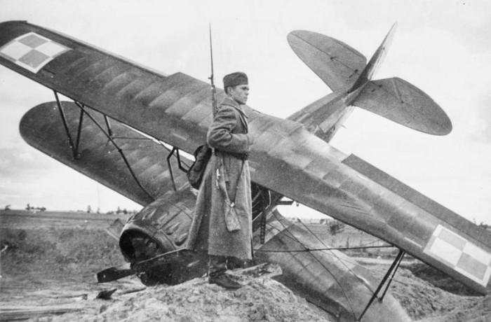Een Sovjet militair bij een vernietigd Poolse toestel