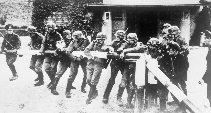 Duitse militairen verwijderen slagboom bij grens