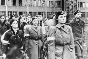 Vrouwelijke opstandelingen marcheren na de capitulatie de stad uit