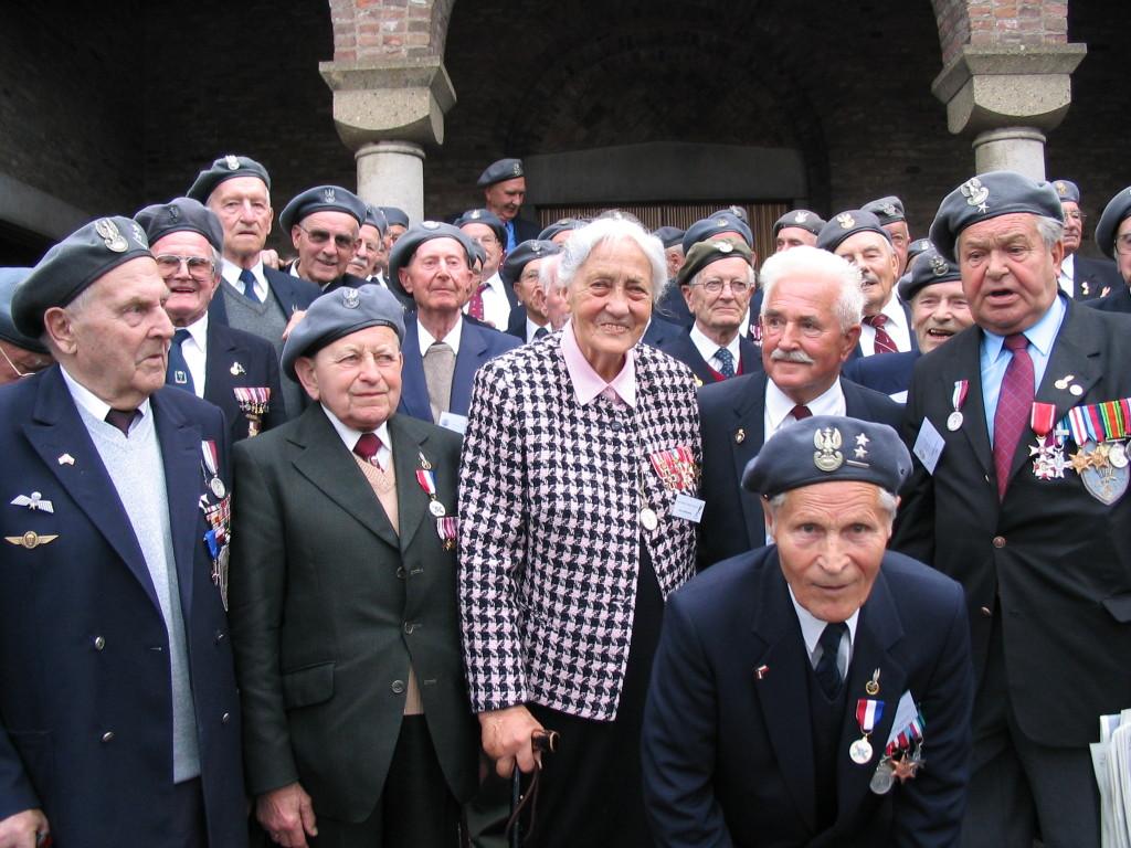 Cora, tussen 'haar' vetranen. De veteranen noemden haar 'de moeder van de brigade'.