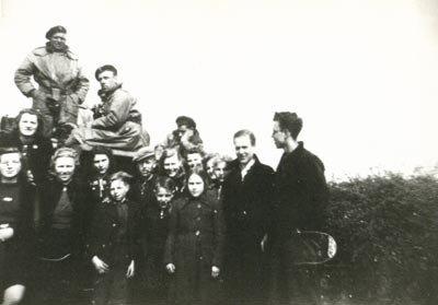 Drentenaren met Poolse bevrijders (bron NIHM)