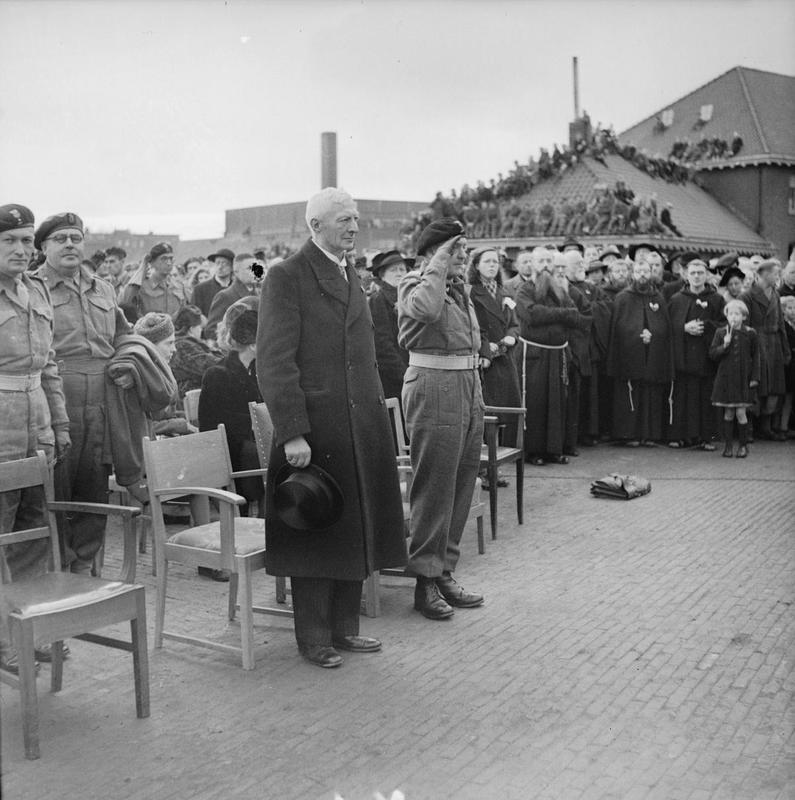 Generaal Maczek bij de viering van de Poolse onafhankelijksheidsdag, 11 november 1944 in Breda © IWM (B 11831)