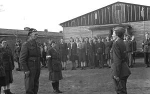 De officiële plechtigheid waarbij de bevrijde Poolse krijgsgevangen begroet werden door hun Poolse bevrijders. Links overste Koszutski en rechts luitenant Jaga Mileswska.