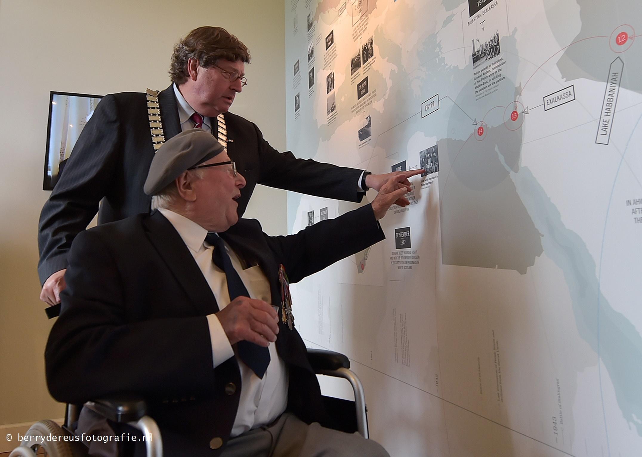 Jozef met de burgemeester van Renkum bij 'zijn' verhaal
