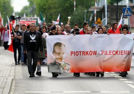 inwoners van het stadje Piotrków Trybunalski lopen met jongeren van het Pools Radicaal Kamp in een optocht ter ere van Witold Pilecki, oktober 2015